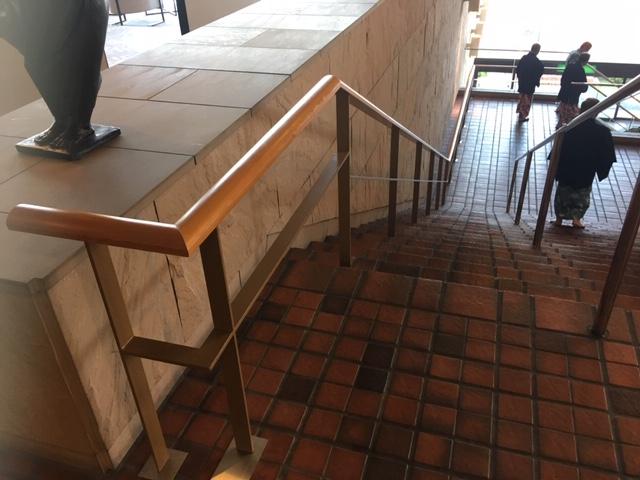 ロビー階から1Fレストランまでのメイン階段手摺がリニューアルされました